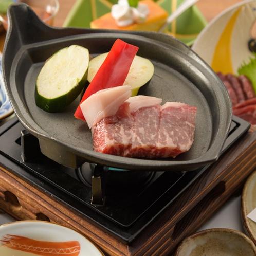 【夕食】あか牛のブランド阿蘇王。焼ける香ばしい香りがたまりません。