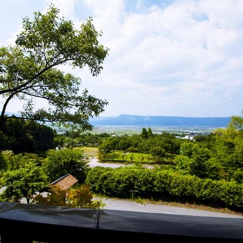 ふるさと二階の「くつろぎスペース」からの眺め。阿蘇外輪山の眺めが素晴らしいです!