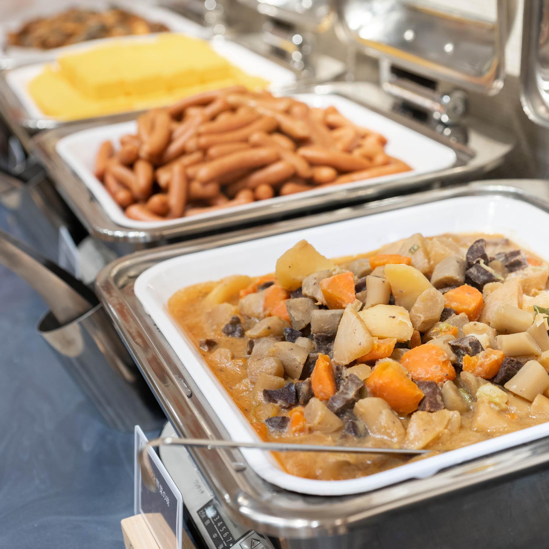【無料健康朝食】日替わりでご提供する健康朝食ビュッフェが無料♪  たくさんお召し上がりくださいませ。