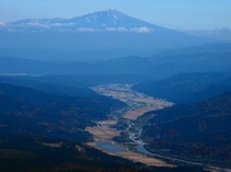 月山からの立谷沢川流域と鳥海山(秋)
