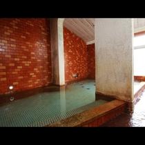 当館の【大浴場】お湯は、源泉掛け流しの良質な単純硫黄です。