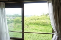 【和室】窓からの景色。自然がいっぱいで初夏の季節は風が気持ちいいです♪