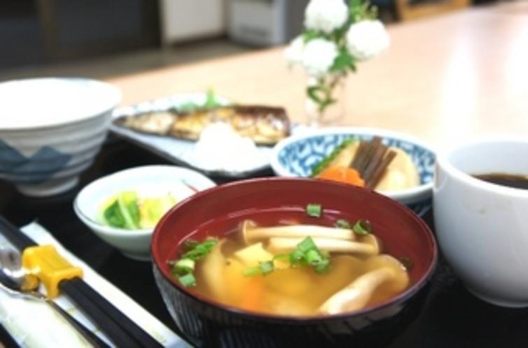 【朝食:和食】味噌汁はやっぱり手作りが嬉しいですよね♪おふくろの味です。