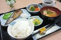 【朝食:和食】ご飯・味噌汁・焼き魚・煮物・漬物・コーヒーまでついてボリュームたっぷり♪