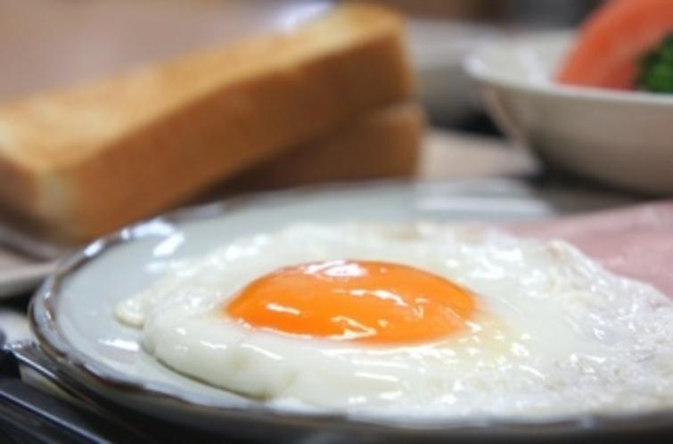 【朝食:洋食】黄身が今にも弾けそうなおいしそ〜な目玉焼きです♪
