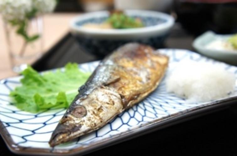 【朝食:和食】こんがりと焼けたと〜ってもおいしそうな秋刀魚です♪
