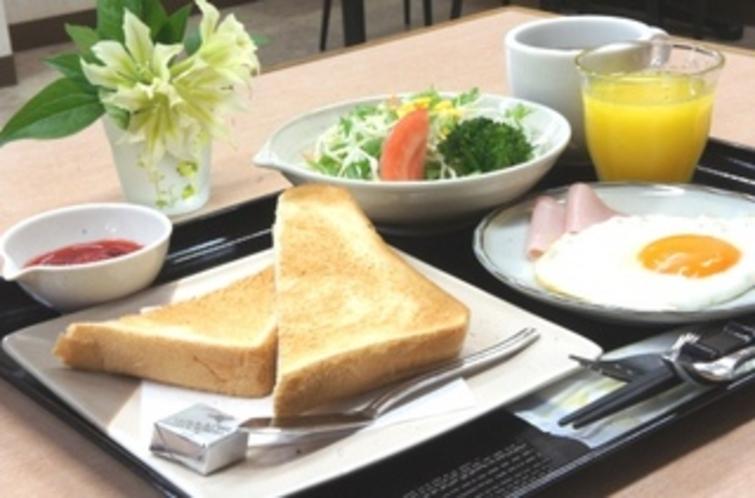 【朝食:洋食】トースト・サラダ・目玉焼き・ハム・コーヒーとボリューム満点です♪