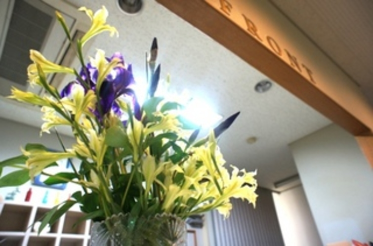 【お花】フロントに備えてあるお花です♪明るい気分でチェックイン&チェックアウト!