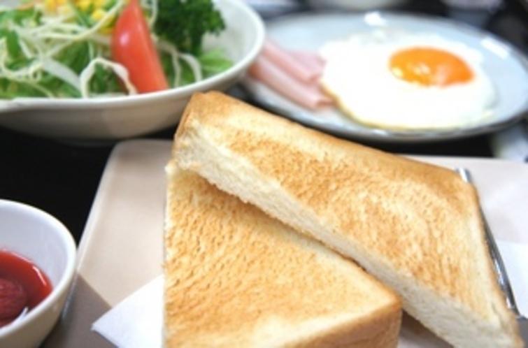 【朝食:洋食】こ〜んがりと焼けたトースト♪サクッとした感触がたまらないですよね☆