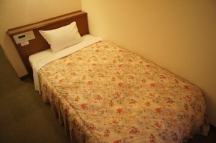 【シングルルーム】ベッド。ゆっくりと仕事の疲れを癒して下さい♪