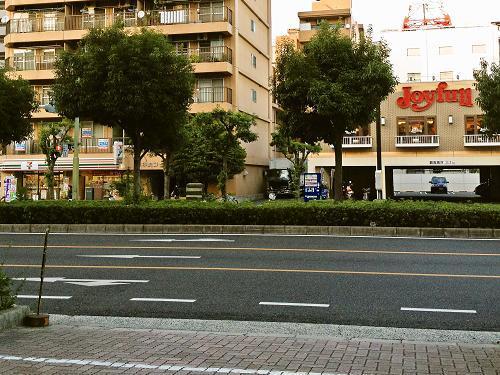 ホテルの向かい側には24時間営業のコンビニとファミレスがあります♪徒歩30秒です!