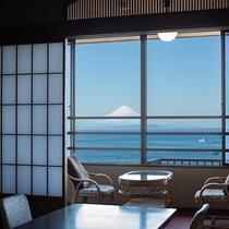 *【湘南海岸ビュー和室】天気が良い日には、客室から富士山を眺めることができます。