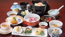 *【夕食一例(梅コース)】当館のスタンダード会席です。相模湾の幸をふんだんに使った海鮮会席です。