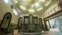 *【岩本楼ローマ風呂】聖堂を思わせる光のドーム天井と、重厚感あるセルリアーナ窓の対比が美しい洋風浴場