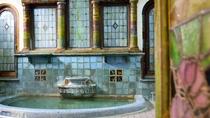 *【岩本楼ローマ風呂】入口のガラス戸のステンドグラスを開けると、古代ローマの馬蹄型浴槽が出迎えます。