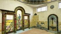 *【岩本楼ローマ風呂】浴場左手ベネチア窓風の壁泉は、中国古陶磁と釉薬研究で知られる小森忍の作品です。