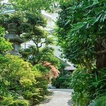 *【外観】入口を抜けると、緑溢れる空間でお迎えいたします。