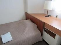 造りつけの机は大きい一枚板で、ビジネスマンの書類やPCも楽に置けます。