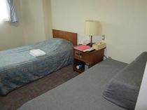 ソファー付きのゆったりルームのソファーが変身!エキストラツインルームに早変わり。