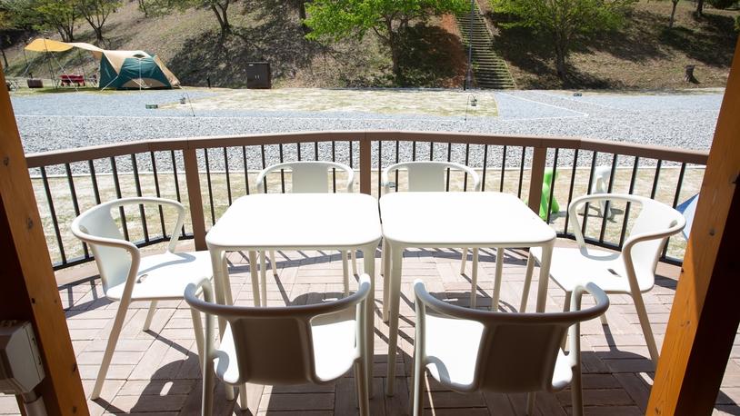 *【グランキャビン】デッキは日当たり◎。BBQはもちろん日光浴にも最適な空間です。