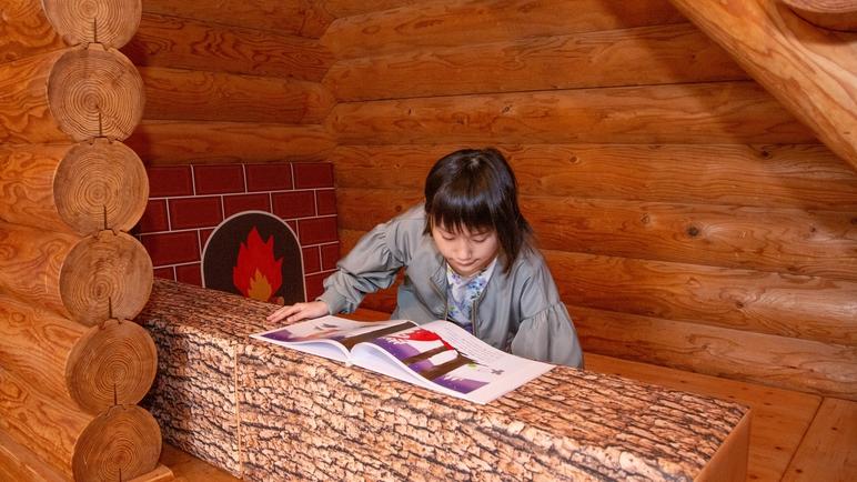 *【ログハウス】階段下を利用したキッズスペースで子供たちも大喜び♪