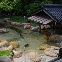 【ひかわ美人の湯】周囲を木々に囲まれ、広々とした石造りの露天風呂♪