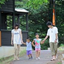 【園内風景】家族みんなでお散歩。ゆったりとした時間が流れます。