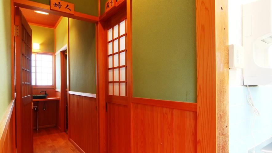 【館内】共用トイレと洗面所。少しずつ改装しております。