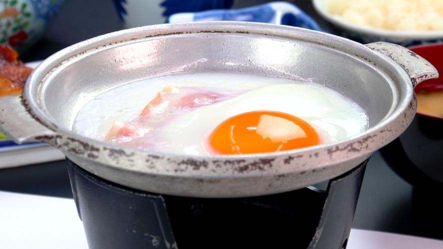 朝食の目玉焼きは焼きたてトロトロです。