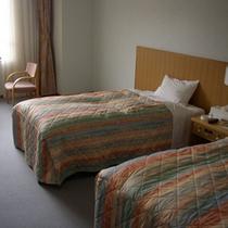 【洋室】一面の芝生広場を望む客室