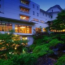 四季折々の風情を眺める日本庭園