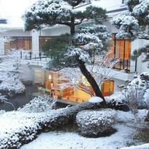 冬の庭園雪化粧