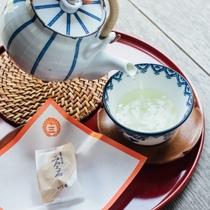 お部屋のお茶セット一例(お茶はセルフサービスです)