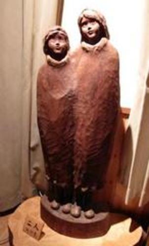 等身大の木彫 「二人」