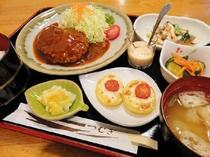 【夕食一例:おまかせ定食】毎日手作りの家庭的なあったかご飯で心もほっこり。