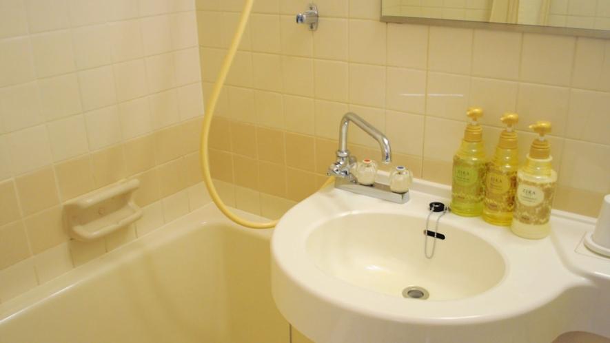 【バスルーム】広めのバスタブがご好評いただいております