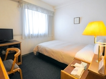 【シングルルーム】120cm幅のベッドと広い机が快適です。
