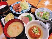 【夕食一例:おまかせ定食】家庭的な食事は出張で栄養バランスが偏りがちな方に好評です。