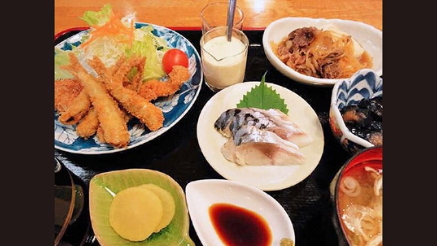 【夕食一例:おまかせ定食】日替わりのおまかせ定食で、連泊でも飽きません♪