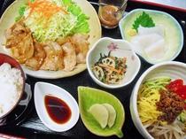 【夕食一例:おまかせ定食】毎日、栄養バランスを考えた献立でご提供しております。