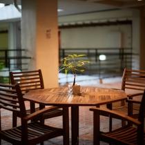 フロント前のスペースは待ち合わせや休憩にお使いください