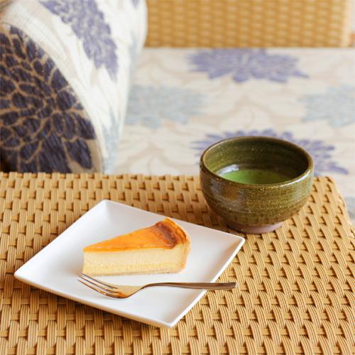 ご到着時には、旅の疲れを癒すチーズケーキと伊勢茶をどうぞ