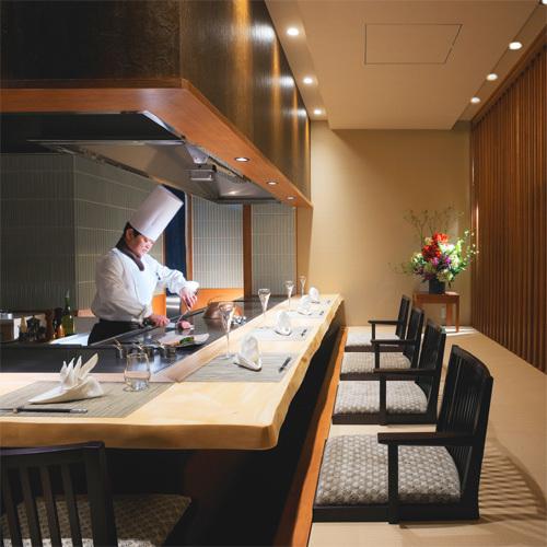 【鉄板焼】伊勢海老や松阪牛など厳選吟味した食材をお客様の目の前で調理いたします。