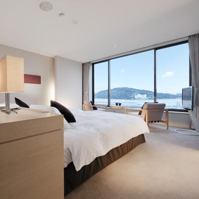 【ハーバービュー・ツイン】ベッドから海を楽しむことができるリゾートスタイルのお部屋です。