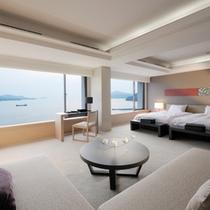 【オーシャンビュー・スイート】海側に設けられた大きな窓からオーシャンビューを楽しめます。