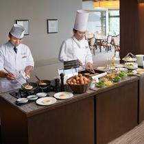 【朝食ブッフェ】シェフズテーブルでは、オーダーベースでお好みのオムレツやパンケーキをお作りいたします