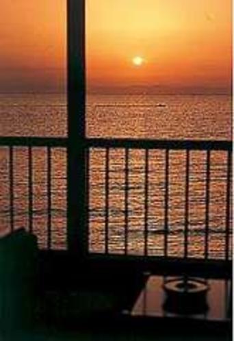 伊勢湾に浮かぶ夕陽が一望