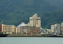 海から見た奄美サンプラザホテル全景