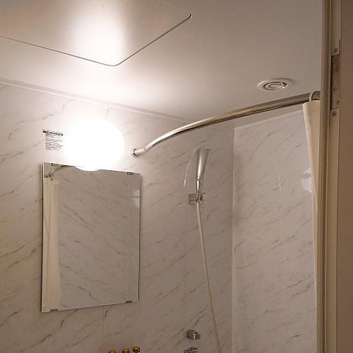 【全客室】バスルーム内。シャワーカーテンが体に触れにくいよう、レールがカーブしています♪