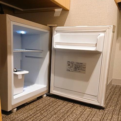 """【全客室】冷蔵庫。あまり容量は入りません。。。大きなものや""""冷凍もの""""はフロントにお預けくださいませ"""